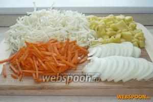 Очистить и нарезать: капусту и морковь соломкой, лук полукольцами, а картофель кубиками. Капусту посолить и помять руками, до выделения сока.