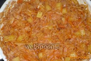 Добавьте томатную пасту, 2 щепотки смеси специй прованские травы и 5 столовых ложек воды, тушите ещё 5 минут и перед тем как снять с огня, если нужно посолите.
