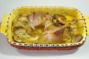 Готовое мясо рекомендую подавать с запечёнными яблоками, маринованным луком и  клюквенным соусом .