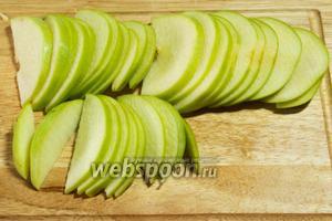 2 яблока порезать дольками.