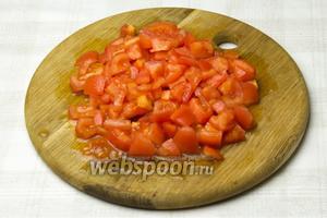 Таким же образом необходимо нарезать помидоры.