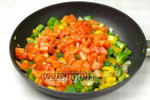 Затем добавить помидоры и обжаривать овощи 3 минуты на сильном огне.
