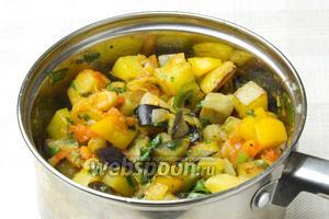 Жаренные овощи перегрузить в кастрюлю к картофелю и баклажанам с зеленью. Посолить, перемешать, дать настоятся под закрытой крышкой 3-5 минут и подавать.