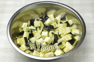 Баклажаны нарежьте на крупные кубики, щедро присыпьте солью и оставьте на 10-20 минут, чтобы овощи дали сок. Затем баклажаны промыть и легонько отжать.