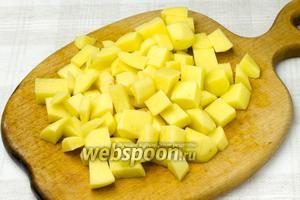 Картофель очистить и нарезать такими же кубиками, что и баклажаны.