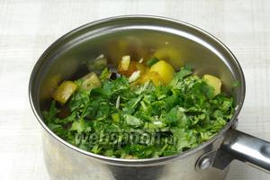 Жаренные овощи перегрузите в глубокую кастрюлю и добавьте к ним чеснок и зелень. Перемешайте и накройте крышкой.