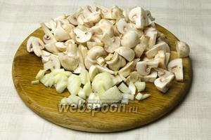 Шампиньоны промыть и нарезать дольками. Оставшуюся луковицу мелко нарезать.