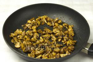 Обжарить лук и шампиньоны со специями (сухой орегано, паприка, чёрный молотый перец) на растительном масле 5-7 минут.