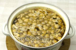 Шампиньоны и муку добавить в бульон и варить 10-15 минут.