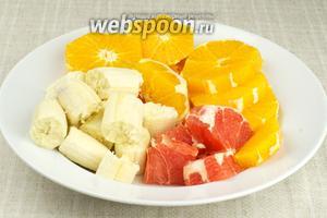 Все фрукты очистить и крупно порезать.
