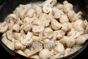 Затем добавить грибы, вино, щепотку соли и перца — тушить всё на среднем огне не накрывая крышкой, пока половина жидкости не испарится.