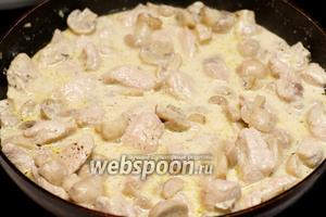 Индейку с грибами посолить и поперчить по вкусу.  Подавать блюдо, выложив на тарелки пасту, а сверху индейку с шампиньонами и полить всё соусом.