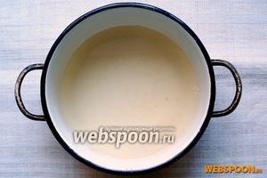 Для начала приготовим медовый сироп: в кастрюльку налейте стакан воды, поставьте на огонь. Добавьте ложку мёда и лимонный сок —  хорошо прогрейте на среднем огне до полного растворения мёда (не кипятить!). Остудите сироп. Если любите более отчётливый вкус мёда, добавьте ещё 1 столовую ложку.