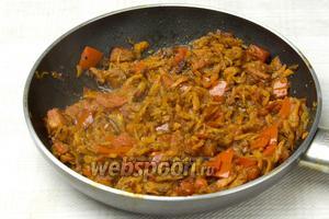 Затем в сковороду добавить морковь и помидоры. Тушить 5-7 минут.