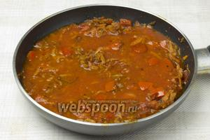 Залить томатным соком (можно заменить водой) и тушить 10 минут на слабом огне. В конце посолить.