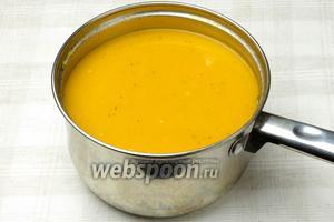 Затем суп снять с огня и измельчить все овощи блендером. Добавить в крем-суп размороженные креветки, вернуть кастрюлю на огонь и варить 10 минут на слабом огне. Подавать с сухариками и зеленью (укроп, петрушка).