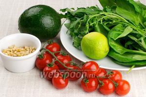 Для приготовления салата возьмём спелый авокадо, помидоры черри, по небольшому пучку рукколы и шпината, кедровые орехи и оливковое масло.