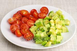 Авокадо очистить и нарезать кубиками, помидоры нарезать на 2-4 части.