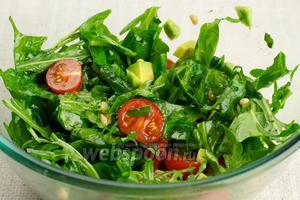 Аккуратно перемешать салат, и можно подавать его к столу .