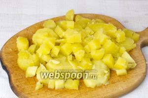 Варёный картофель очистить и нарезать кубиками.