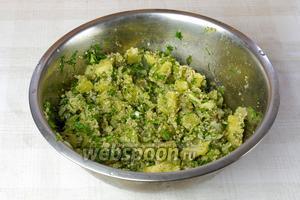 Добавить картофель и укроп в миску с овощами, заправить растительным маслом, посолить, поперчить и перемешать. Дать настоятся 5-10 минут и подавать.