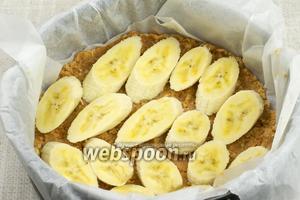 На корж выложить 1-2 порезанных банана.
