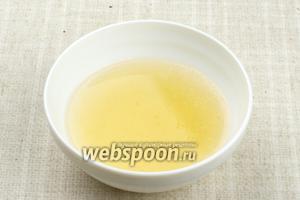Залить желатин 0,5 стакана воды и оставить его разбухать на 25-30 минут.