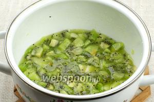Прогреть всё на среднем огне 2-3 минуты, чтобы киви выделили сок, затем остудить.