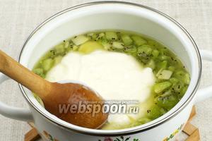 В полученный сироп влить желатин (предварительно его подержать над водяной баней, чтобы он хорошо растворился и не было крупинок) и йогурт.