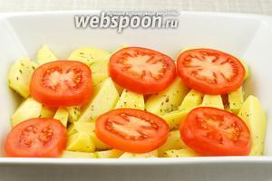 На дно глубокой формы выложить картофель, а сверху кольца помидоров.