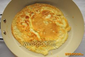 Поджарьте яйцо на сковороде, смазанной подсолнечным маслом (50 мл), как блин (омлет) — с двух сторон.