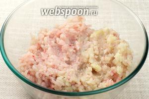 Перекрутить на мясорубке рыбу с луком.