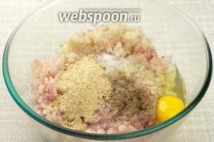 Добавить яйца, сухари, соль и чёрный молотый перец.