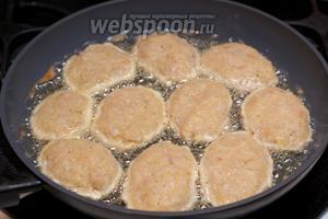 Разогреть в сковороде растительное масло, влажными руками сформировать и выложить рыбные котлеты.