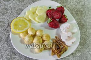 Тем временем приготовьте фрукты и сладости. Красиво разными фигурами нарежьте яблоки, бананы, клубнику. Фрукты обязательно сбрызнуть лимонным соком, чтобы они не потемнели и обрели пикантный вкус. Нарежьте полосками инжир, зефир.