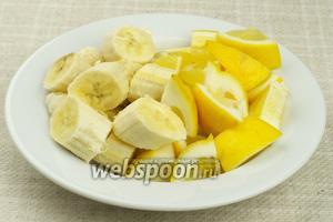 Лимон с кожурой и очищеные бананы нарезать крупными кусками.