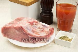 Для приготовления стейков возьмём свиную отбивную на ребре,   томатный сок  и специи.