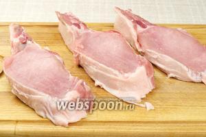 Мясо хорошо помыть, обсушить и нарезать на куски толщиной приблизительно 1,5 см, и так чтобы у каждого куска была косточка ребра.