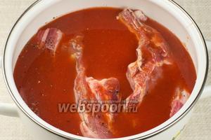 Залить томатным соком, добавить ещё щепотку соли и оставить мариноваться при комнатной температуре на 2-3 часа.