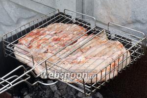 Затем стейки выложить на решётку и поместить на разогретый мангал.
