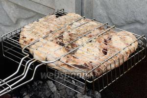 Готовить мясо периодически переворачивая решётку, чтобы добиться равномерности приготовления.