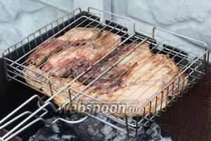 Жарить до румяного цвета — готовность проверять ножом, если разрезанное мясо внутри белое, то стейки готовы. Подавать стейки со свежими овощами и любимыми соусами.