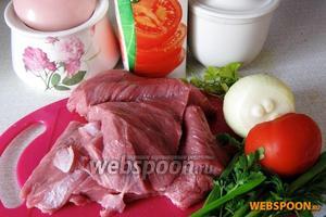 Для приготовления блюда возьмём: говядину (предварительно размороженную), лук, помидоры, томатный сок, зелень по вкусу и специи.
