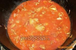 Томатный сок смешиваем с кипячёной водой и вливаем в обжаренное мясо с овощами. Добавляем соль и сахар. Тушим под крышкой на медленном огне до мягкости говядины.