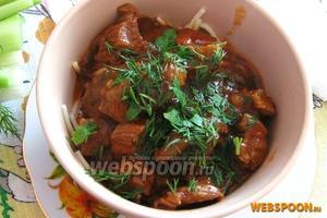 Подаем со свежими овощами. На гарнир можно приготовить отварной картофель, макароны или картофельное пюре.