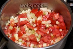 Затем добавить в кастрюлю порезанные овощи.