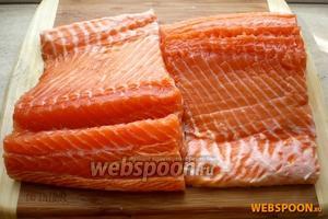 Из куска рыбы сделайте филе на коже, аккуратно удалив все кости.