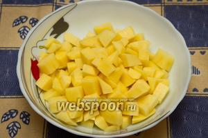 Картофель очистить и нарезать кубиками. Добавить в кастрюлю, варить 20 минут.