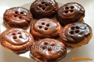 Перед подачей на стол печенье желательно несколько минут подержать в холодильнике, чтобы шоколадная глазурь немного застыла.