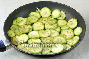 Кабачки и чеснок прожарить 5 минут на оливковом масле с сухим орегано. Посолить и дать остыть.